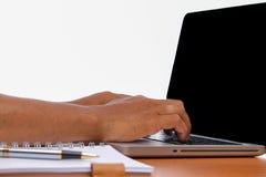 Passi la battitura a macchina del computer portatile a macchina sulla tavola di legno d'annata Fotografia Stock Libera da Diritti