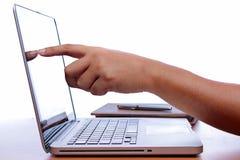 Passi la battitura a macchina del computer portatile a macchina sulla tavola di legno d'annata Fotografie Stock Libere da Diritti