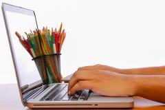 Passi la battitura a macchina del computer portatile a macchina sulle tavole di legno d'annata Fotografia Stock Libera da Diritti