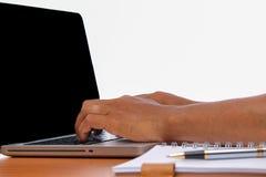 Passi la battitura a macchina del computer portatile a macchina sulle tavole di legno d'annata Immagini Stock Libere da Diritti