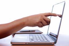 Passi la battitura a macchina del computer portatile a macchina sulle tavole di legno d'annata Fotografie Stock Libere da Diritti