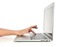 Passi la battitura a macchina sul computer portatile del computer della tastiera con lo Sc in bianco dello spazio della copia Immagine Stock Libera da Diritti