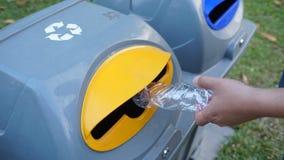 Passi la bottiglia di plastica vuota di lancio nei rifiuti Immagini Stock Libere da Diritti