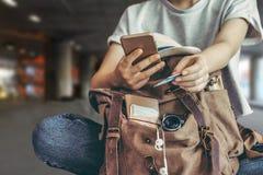 Passi la carta di credito della tenuta con la mano per acquisto online di pagamento fotografia stock libera da diritti