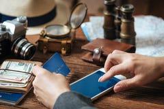 Passi la carta di credito della tenuta con la mano per acquisto online di pagamento fotografie stock libere da diritti