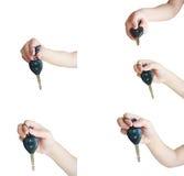 Passi la chiave dell'automobile della tenuta isolata su fondo bianco Immagini Stock Libere da Diritti