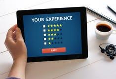 Passi la compressa della tenuta con il concetto di esame del cliente sullo schermo fotografie stock libere da diritti