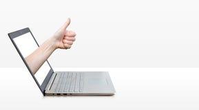 Passi la mostra dei pollici sul gesto dal computer portatile Immagine Stock