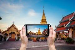 Passi la presa della foto al phra di Wat che hariphunchai Fotografie Stock