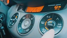 Passi la regolazione della temperatura interna dell'automobile stock footage