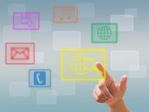 Passi la spinta del tasto su un'interfaccia dello schermo di tocco Immagine Stock