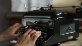 Passi la stampa sulla vecchia macchina da scrivere - macchina da scrivere d'annata video d archivio