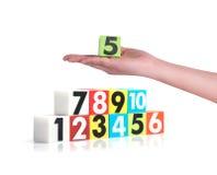 Passi la tenuta dei numeri di plastica variopinti su fondo bianco, No1 Fotografia Stock