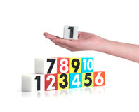 Passi la tenuta dei numeri di plastica variopinti su fondo bianco, No1 Fotografia Stock Libera da Diritti