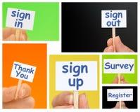 Passi la tenuta dei segni piccoli con online firmano su, registrano ed esaminano il testo Fotografie Stock Libere da Diritti