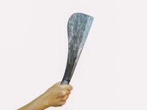 Passi la tenuta del coltello grande dell'agricoltore, isolato su fondo bianco Fotografia Stock Libera da Diritti
