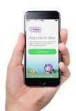 Passi la tenuta del iPhone 6 di Apple con la pagina di benvenuto di Viber sullo schermo Fotografia Stock Libera da Diritti