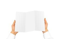 Passi la tenuta del libretto in bianco dell'opuscolo nella mano Presentazione dell'opuscolo Fotografia Stock Libera da Diritti