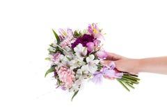 Passi la tenuta del mazzo rosa dai gillyflowers e dal alstroemeria o Fotografia Stock Libera da Diritti