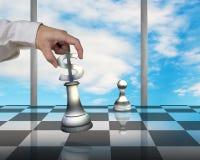 Passi la tenuta del pezzo di simbolo di USD che gioca gli scacchi con il pegno Immagini Stock