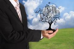Passi la tenuta dell'illustrazione astratta dell'albero con il concetto di stile di vita della città Fotografia Stock