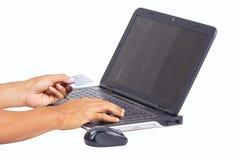 Passi la tenuta della carta di credito su un taccuino. Immagine Stock Libera da Diritti
