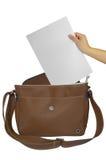 Passi la tenuta della carta nella borsa fotografie stock