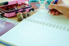 Passi la tenuta della penna per scrivere sul taccuino in bianco con la pila di Immagine Stock Libera da Diritti