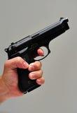 Passi la tenuta della pistola Fotografia Stock Libera da Diritti