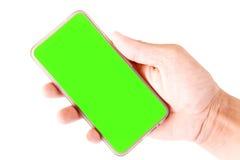 Passi la tenuta dello Smartphone con lo schermo in bianco isolato su fondo bianco Fotografia Stock