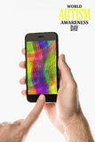 Passi la tenuta dello Smartphone nero con lo schermo a colori sul backgro bianco Fotografia Stock Libera da Diritti