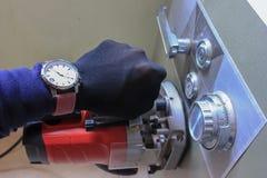Passi le attrezzature e gli strumenti che rubano una scatola di deposito Fotografia Stock