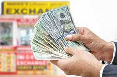 Passi le fatture di dollaro americano dei soldi della tenuta - concetto di scambio di soldi immagine stock libera da diritti