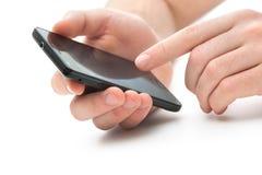Mani con un telefono astuto Fotografie Stock Libere da Diritti