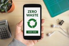 Passi lo Smart Phone della tenuta con zero concetti residui sullo schermo Fotografia Stock Libera da Diritti
