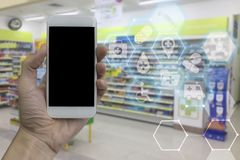 Passi lo smartphone della tenuta con lo schermo in bianco nero sopra il pha vago immagini stock