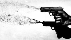 Passi lo stile degli anni 70 della pistola di acqua della fucilazione, in bianco e nero Fotografia Stock Libera da Diritti