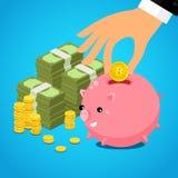 Passi mettere il dollaro del bitcoin nel porcellino salvadanaio di risparmio Immagini Stock Libere da Diritti