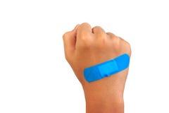 Passi mettere la fasciatura o il gesso adesiva, cerotto su un taglio Immagine Stock Libera da Diritti