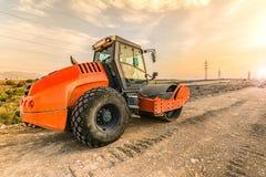 Passi sotto il rullo compressore realizzare il lavoro prima dell'asfaltatura di una strada immagine stock