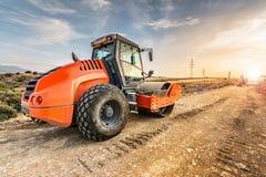 Passi sotto il rullo compressore realizzare il lavoro prima dell'asfaltatura di una strada fotografia stock libera da diritti