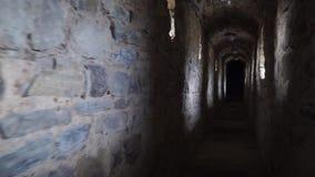 Passi sotto il tunnel antico che allunga nella prospettiva stock footage