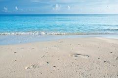 Passi sulla sabbia di una spiaggia cubana Fotografia Stock