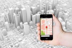 Passi a tenuta un telefono con GPS app su uno schermo Fotografia Stock Libera da Diritti
