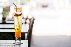 Passievruchtlimonade op de lijst in een de zomerkoffie in Thailand De ruimte van het exemplaar stock foto's