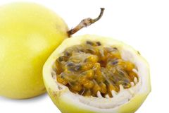 Passiflora commestibile isolata su priorità bassa bianca immagine stock