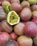 Passiflora do fruto de paixão em um mercado exterior imagem de stock