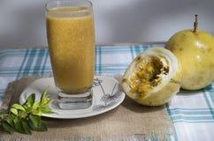 Passiflora edulis - odświeżać maracuya soku bogactwo w witaminie c zdjęcie stock