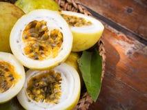Passiflore comestible de passiflore dans le panier en bambou Fruit tropical Goût aigre, higt images stock