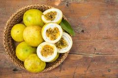 Passiflore comestible de passiflore dans le panier en bambou Fruit tropical Goût aigre, higt photo stock